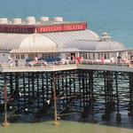 ピア(海に突き出た桟橋の先にシアターやレストランなど)では蟹釣りを楽しむ人も