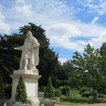 この植物園の保存に貢献したハンス・スローン氏の像