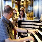 Markus lässt uns die Klänge der Orgel hören.