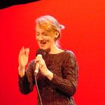 Die amerikanische Vokalistin Lauren Newton bei einem Auftritt - siehe Projekt: urban traces