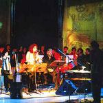 Szenenbild aus Voix - Vokalprojekt mit Chor und den Solisten D.Moss, S. Deyhim, P. Minton und Tenko