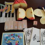 さまざまな教具を用いながら楽典を勉強していきます。