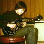 1978 mit Eigenbau-Gitarre im elterlichen Wohnzimmer