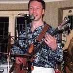 1990 als Tanzmusik-Bassist
