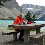 Lunch-Break am Bow Lake. Vom See her wehte ein eisiger Wind. die Gletscherseen erwämen sich auch im Hochsommer nicht über 5°
