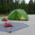 Zelt trocknen auf einem Parkplatz.