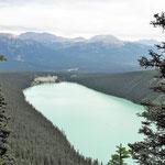 Von hier oben sieht man den gesamten See. Im Hintergrung das Fairmont Lake Louise - Hotel.