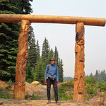 Die Grenze zwischen British Columbia und Alberta. Hier endet das Elk Valley und ich fahre in das Kananaskis Country. Das gelbe an meiner rechten Hüfte, ist das Bärenspray. In dieser Gegend muss es immer griffbereit sein.