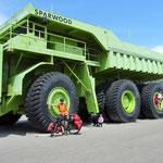"Der ""Titan"". Minen-LKW mit 320 Tonnen Ladekapazität."
