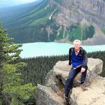 Auf dem Gipfel des Little Behive in 2.225 m Höhe und dem Lake Louise.