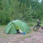 Wildes Campen in der Nähe des Highway.