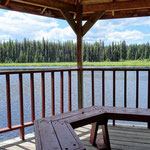 Schattige Lunch-Pause an einem einsamen See.