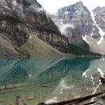 Der Moraine Lake noch im Schatten der Gipfel.