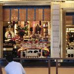 御影堂に阿弥陀仏像と親鸞聖人像
