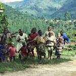 Dorfkinder singen und tanzen für uns