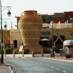 riesige Vasen mit Mosaik an der Straße