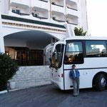 """Unser Bus vor dem Hotel """"Jinene"""""""