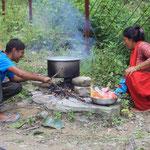 Fleisch mit Reis wird auf dem Feuer gekocht