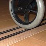 フラッターレールと車椅子の前輪