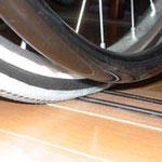 フラッターレールと車椅子の車輪
