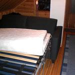 Klappen Sie sodann die Matratze herunter und ziehen Sie die Rückenkissen wieder nach vorne. Schon ist das Schlafsofa aufgestellt.
