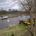 Auto schwimmt im Kanal