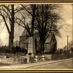 Ehrendenkmal mit Kirche