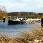 Frachtschiff vor der Schleuseneinfahrt