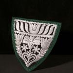 Brustlappen, 19. Jh., mit Silberfäden über Schablone gestickt (Sprengtechnik), mit  grünem Moiréeband eingefasst