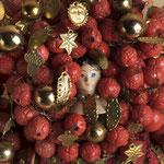 """Teil eines Geschappels für Brautjungfrauen (Krönchen), 19. Jh., rote Glasperlen, Flitter (Hellerchen) und """"Gesichterchen"""""""