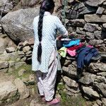 Motiv 17 - Nepalesin beim Kleiderwaschen