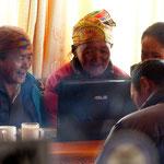Motiv 4 - Nepalesinnen vor PC in Khumjung 2014