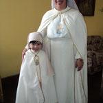 Dos lindas trovadoras (Niña vestida para procesiones en Semana Santa)