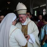 Recibiendo la bendición del Nuncio Apostólico