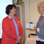 Dank an Beate Karcher (re) für ihren Vortrag im Namen der HWK Karlsruhe