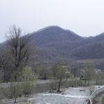 山の西側右股橋から望む三角山(あまり三角ではありません) 2012.4.29