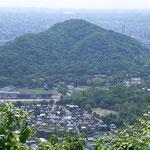 眼下に円山(頂上の先の白いものは札幌ドーム) 2012.6.4