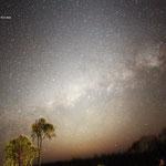 La luce zodiacale sovrapposta al centro della Via Lattea dall'Australia