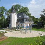 Amtsberg, Teichweg 3, Vorplatz Schlösschen, Spielplatz, Baujahr 2017