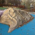 Borna, Breiter Teich, Spielskulptur versteinertes Mammut, Baujahr 2013 Planer: Planerzirkel, Herr Kleymann in Halle (Saale)