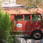 1975 Dit voertuig, DAF met kenteken AB-44-47, is destijds overgekocht van het brandweerkorps Sliedrecht en toegevoegd aan het wagenpark van Ponypark Slagharen. Op foto's van OK Corral in Frankrijk duikt de oude brandweerwagen ineens weer op met op de zijk