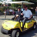 2012 Attractie- en Vakantiepark Slagharen. Een prachtige foto van het golfkarretje, met aan het stuur de heer Bemboom en zijn vader en oprichter van het Ponypark Slagharen, de heer J.H. Bemboom.