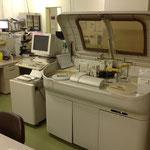 肝機能や中性脂肪、炎症反応など血液中の様々な物質を調べることができる生化学分析装置です。
