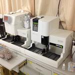 血糖値やHbA1cを測定する装置です。