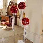 Blumenkugeln aus roten Nelken auf selbsgebauten Ständern