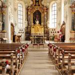 Kirche in Mettau mit Blumendeko