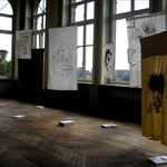 Vue de l'exposition, dessins en libre service