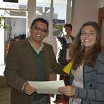 Alina entregando certificado al prof. Marvín López especialista de la UGEL_CUSCO.