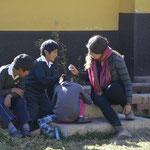 Elaborando nuevas regaderas con botellas recicladas para otros niños que las solicitaban.