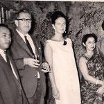 1962, mit ihrem Vater Hans Eduard Deman in Karachi, Pakistan
